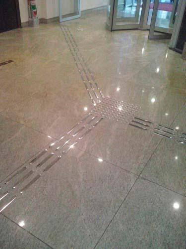 Colocador de piso tátil